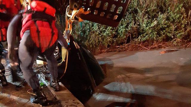 חילוץ רכב שנלכד בקרקעית הנחל בבנימינה (צילום: דוברות כבאות והצלה מחוז חוף)
