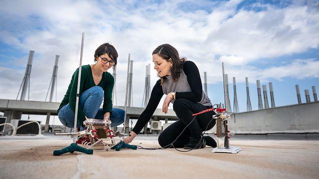 הדוקטורנטית אביגיל לנדמן (מימין) והמסטרנטית רואן חלבי עם המערכת החדשנית (צילום: דוברות הטכניון)