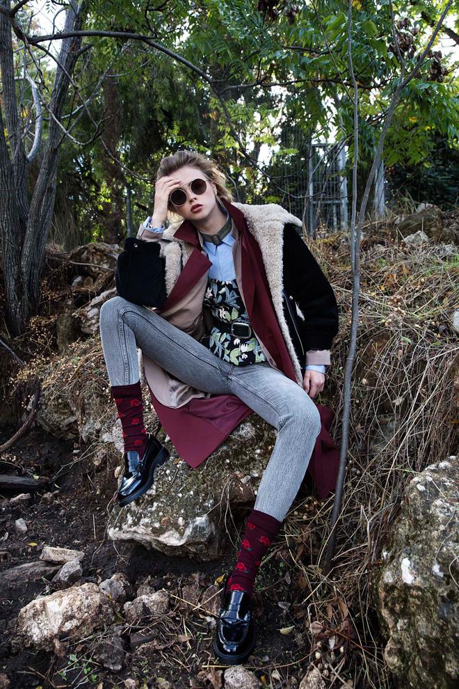 מעיל ומכנסי ג'ינס – טופשופ   מחוך, קובי גולן   ז'קט טרנץ', רזרבד   חולצה מכופתרת, COS   נעליים וגרביים – זארה מן   משקפיים, Tribeca (צילום: שחף מרגלית)