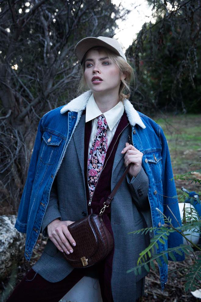 מעיל ג'ינס, כובע ונעליים – רזרבד   אוברול, טופשופ   חולצה מכופתרת וז'קט אפור – COS   תיק, H&M (צילום: שחף מרגלית)