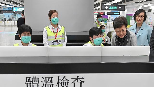 הונג קונג נמל תעופה בדיקות ל באים מ ווהאן סין נגיף מסתורי (צילום: AP, Hong Kong Government Information Service)
