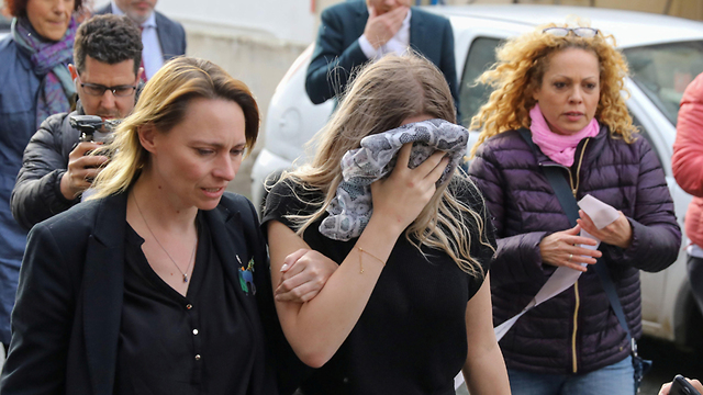 הפגנה מחוץ לבית המשפט ב קפריסין צעירה תיירת בריטית פרשת מין אונס (צילום: רויטרס )