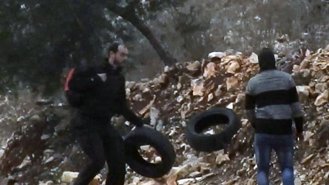 תיעוד של ונתן פולק פעיל שמאל שורף צמיג צמיגים ב כפר קדום שומרון ()