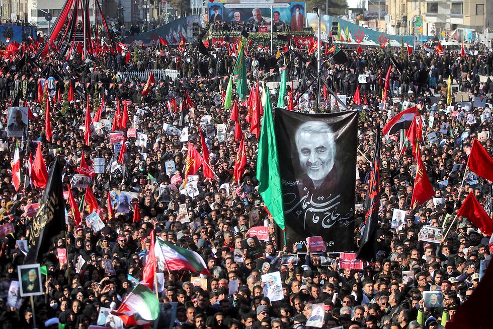 איראן כרמאן הלוויה קאסם סולימאני (צילום: AP)