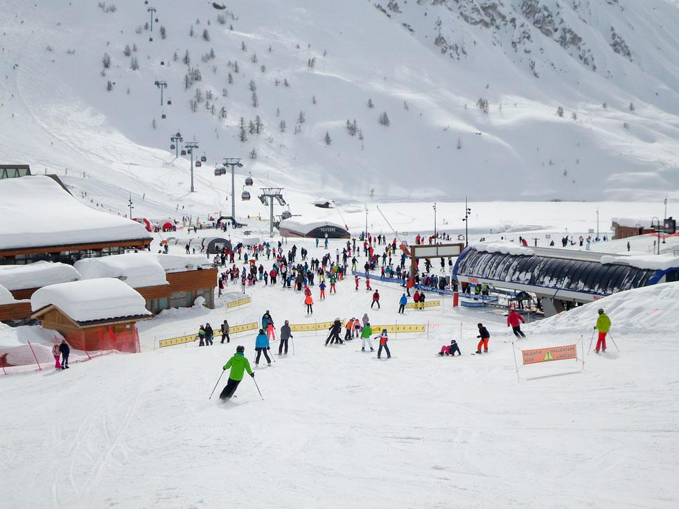 צבעים בשלג הלבן. עיירת הסקי טין, מאתרי הסקי הבולטים באלפים של צרפת   (צילום: Delpixel / Shutterstock)