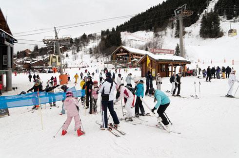 גולשים באתר הסקי מריבל  (צילום: LongJon / Shutterstock)