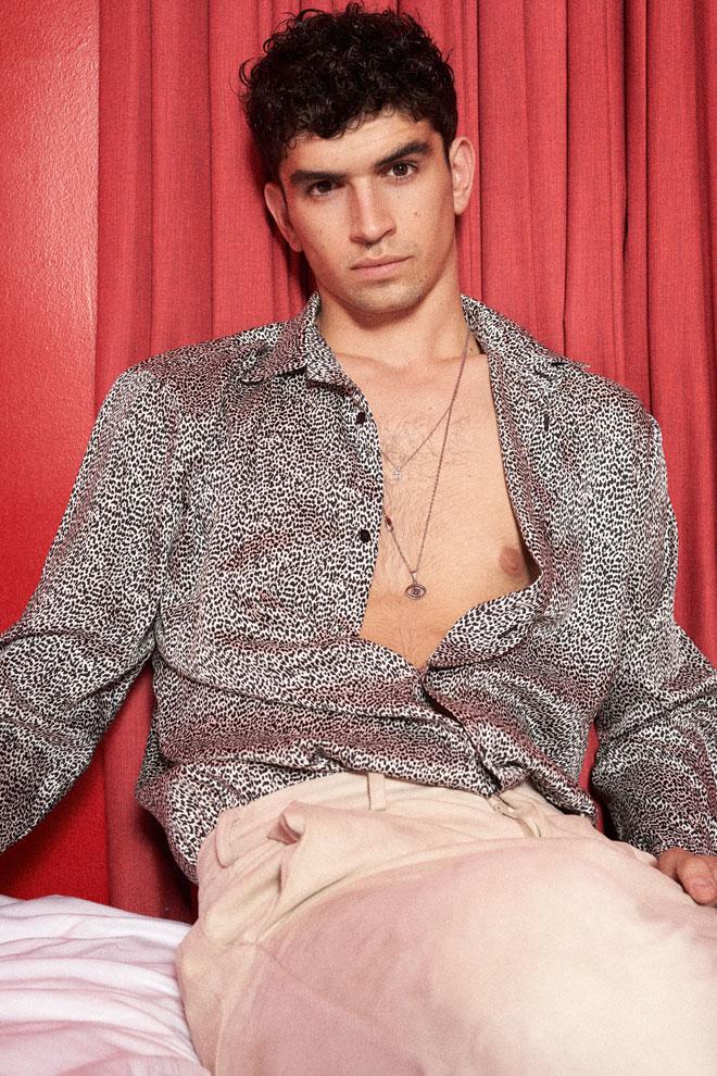 תומר בחולצה, זארה | מכנסיים, נובוריש דוג  (צילום: רחלי פרידמן)