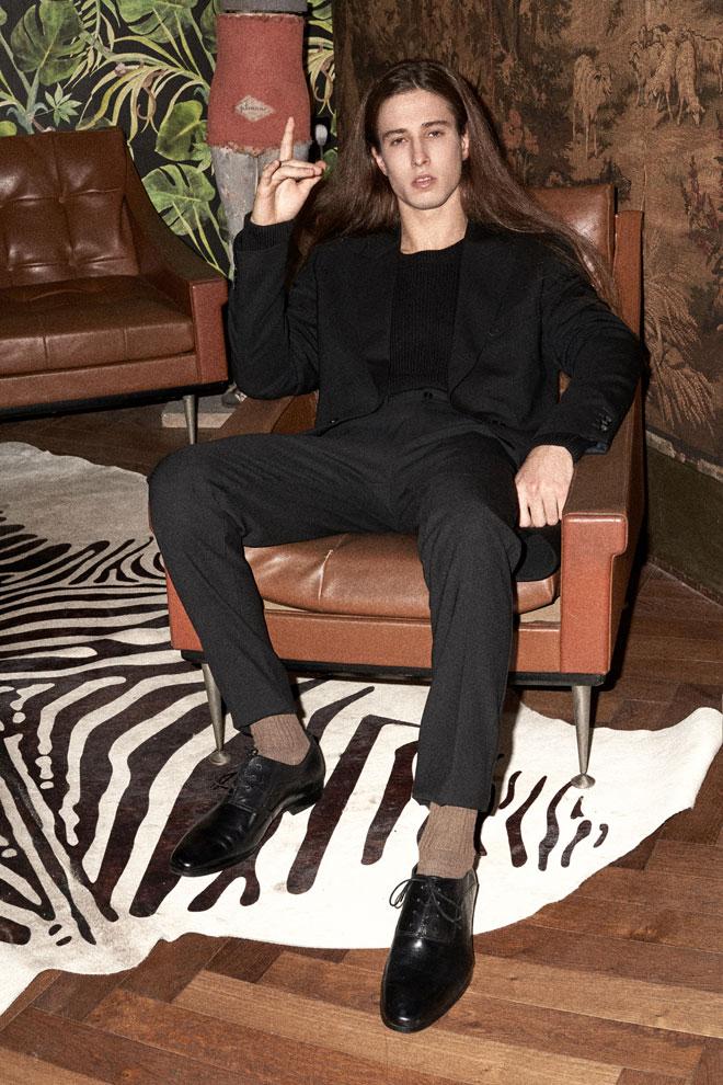 תום בחליפה, אריאל בסן | סריג, H&M (צילום: רחלי פרידמן)