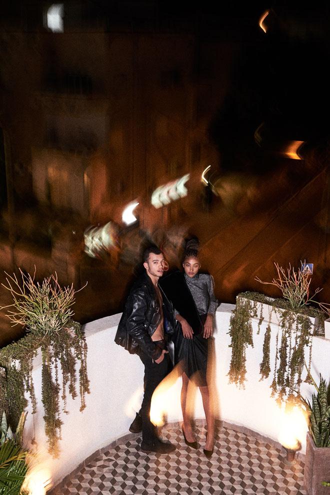 בקה בחצאית וחולצה, נטע אפרתי | צעיף, Bo-E | נעליים, אוסף פרטי. רועי בז'קט, דיזל | מכנסיים, אריאל בסן | נעליים, אלדו  (צילום: רחלי פרידמן)
