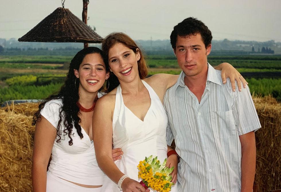 """מילי נווה (במרכז) עם אחיה ואחותה. """"כולנו היינו מחוברים""""  (צילום: אלבום פרטי)"""