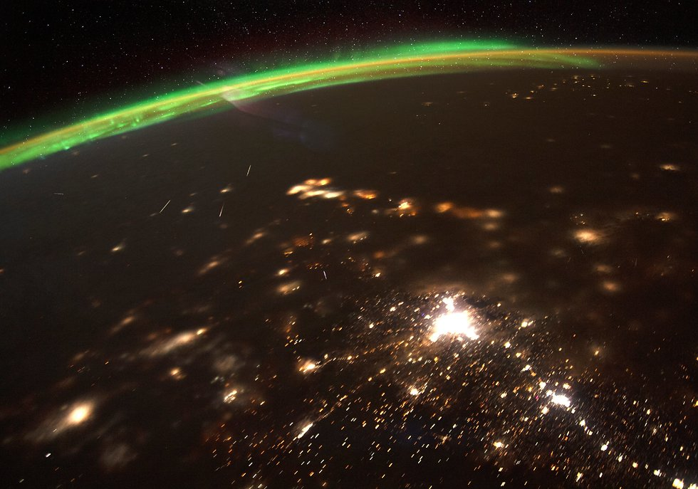 מטאורים וגם הזוהר הצפוני בתמונה אחת (צילום: כריסטינה קוק, נאס