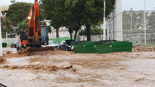 הרכב שנסחף בנהריה (צילום: גיל נחושתן)