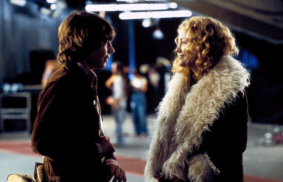 """מעיל יכול ליצור דמות משל עצמו. קייט הדסון ב""""כמעט מפורסמים"""" (צילום: rex/asap creative)"""