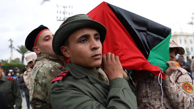 לוב טריפולי הלוויה הרוג הפגזה של אקדמיה צבאית נאמני טריפולי (צילום: רויטרס)