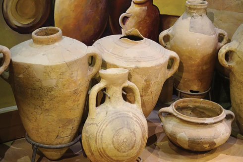 מבקבוקי יין לממצאים ארכיאולוגיים. מוזיאון המזגגה, נחשולים  (צילום: צביקה בורג)