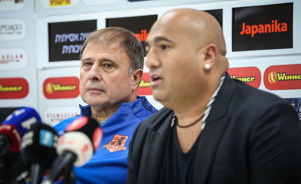 לוי ואברמוב במסיבת העיתונאים (צילום: עוז מועלם)