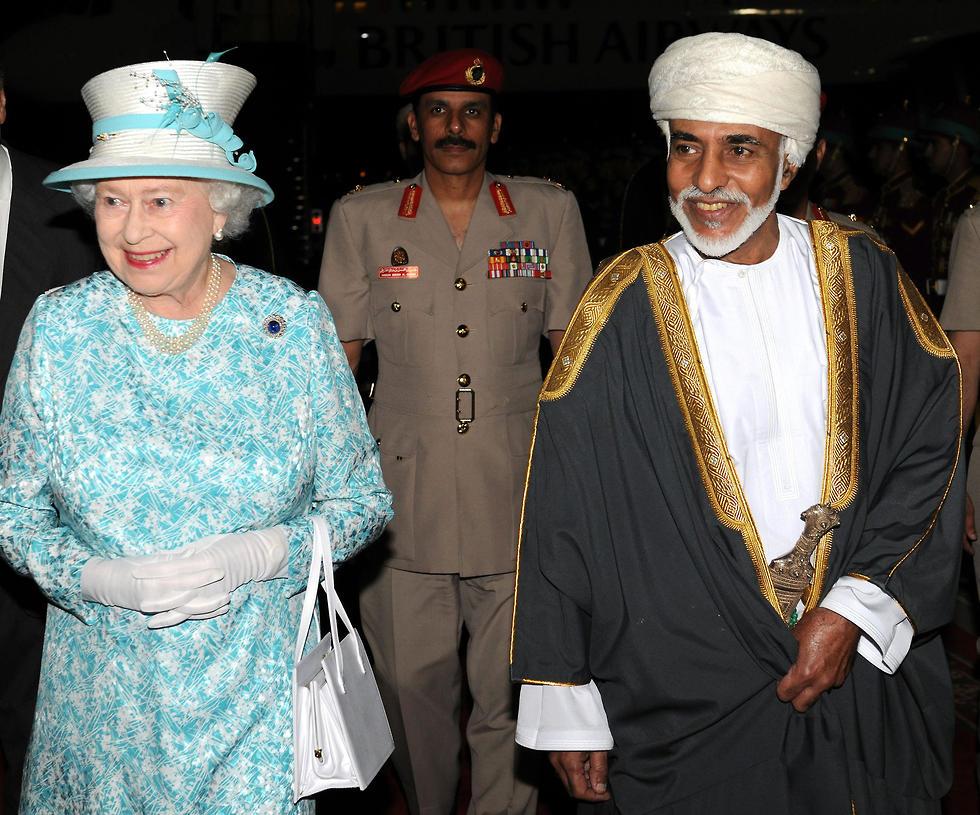 סולטן עומאן קאבוס בן סעיד עם המלכה אליזבת 2010 (צילום: AFP)
