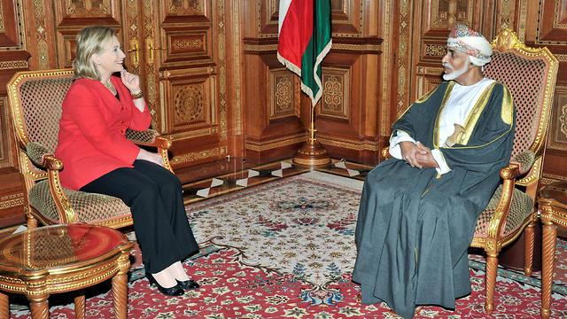 סולטן עומאן קאבוס בן סעיד עם מזכירת המדינה הילארי קלינטון 2011 (צילום: AFP)