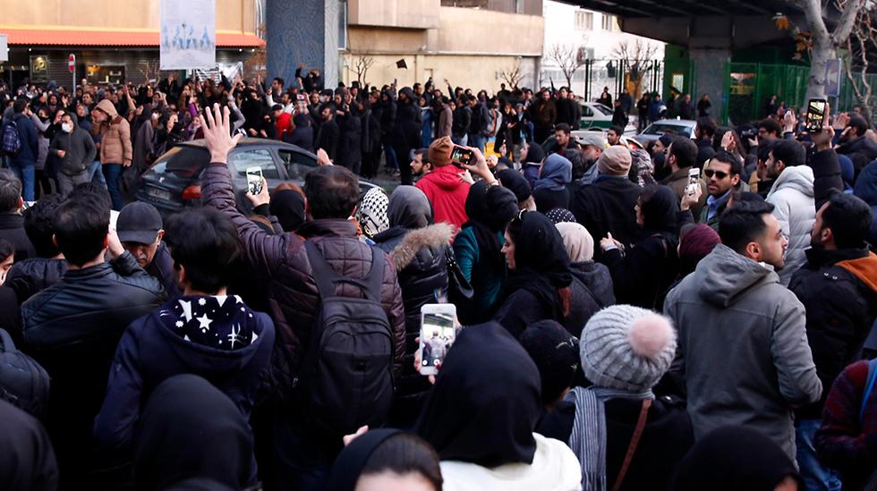 הפגנה הפגנות איראן נגד הפלת מטוס אוקריאני אוקרינה משמרות המהפכה (צילום: EPA)