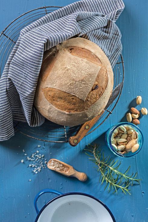 לחם פיצוחים טבעוני, דורש המתנה (צילום: בועז לביא, סגנון: נעה קנריק)