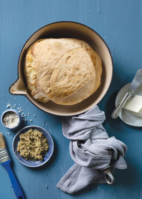 לחם ללא לישה, טבעוני ודורש המתנה (צילום: בועז לביא, סגנון: נעה קנריק)