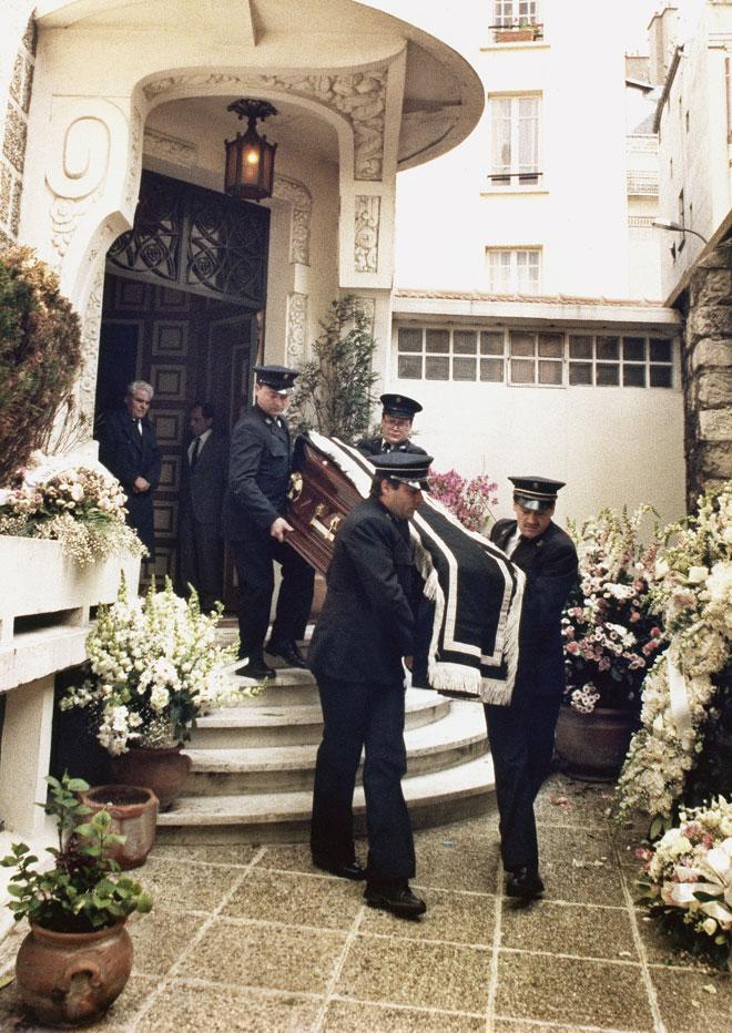 מוציאים את ארונה של דלידה מביתה בפריז, 7 במאי 1987. אינספור אכזבות מצד גברים צעירים ויפי תואר (צילום: AP)