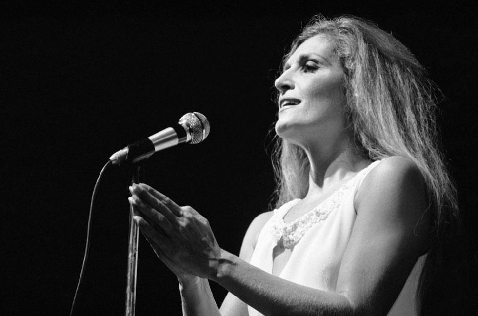 דלידה בהופעה באולימפיה, פריז, 1974. הייתה גדולה מהחיים, אבל גם החיים היו גדולים עליה (צילום: AP)