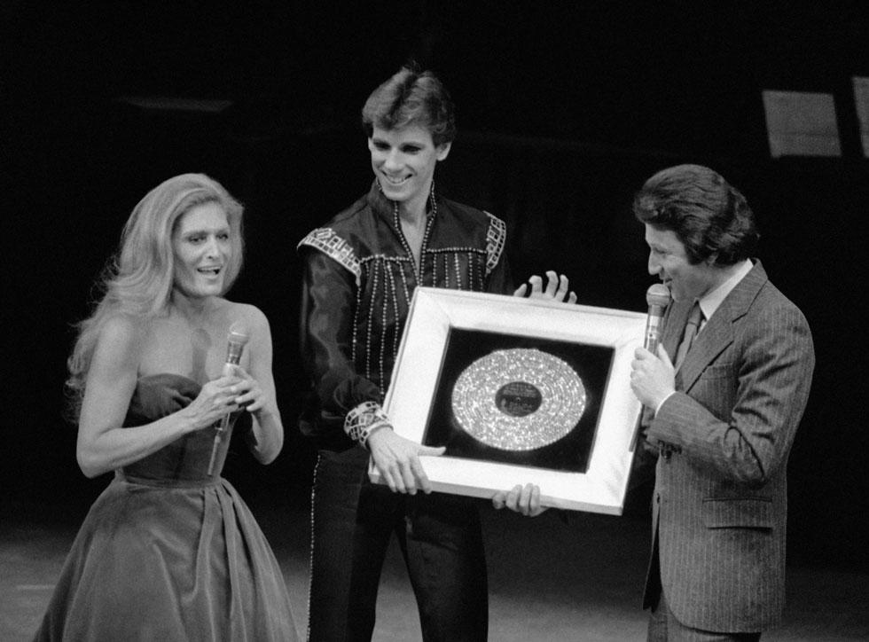 """מקבלת תקליט יהלום, 1981. אחרי שש שנים כתבה: """"החיים נעשו בלתי נסבלים עבורי. סִלחו לי"""" (צילום: AP)"""