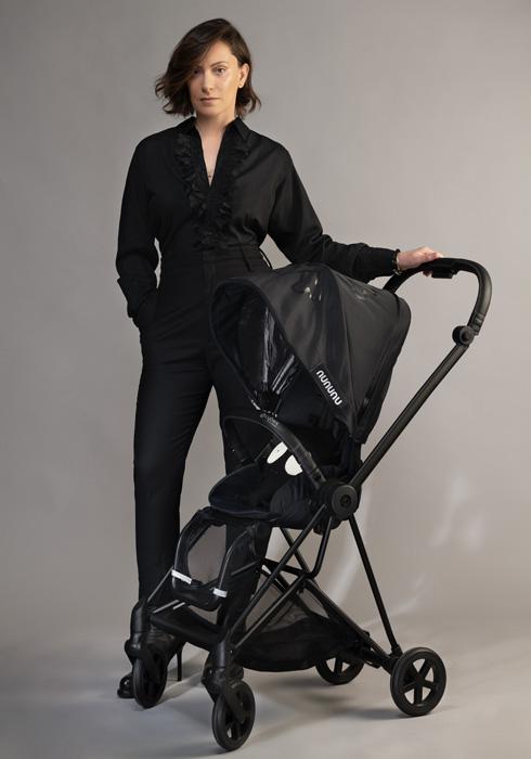 עגלה בסגנון אורבני מחוספס. איריס אדלר ממותג בגדי הילדים נונונו (צילום: שי יחזקאל)