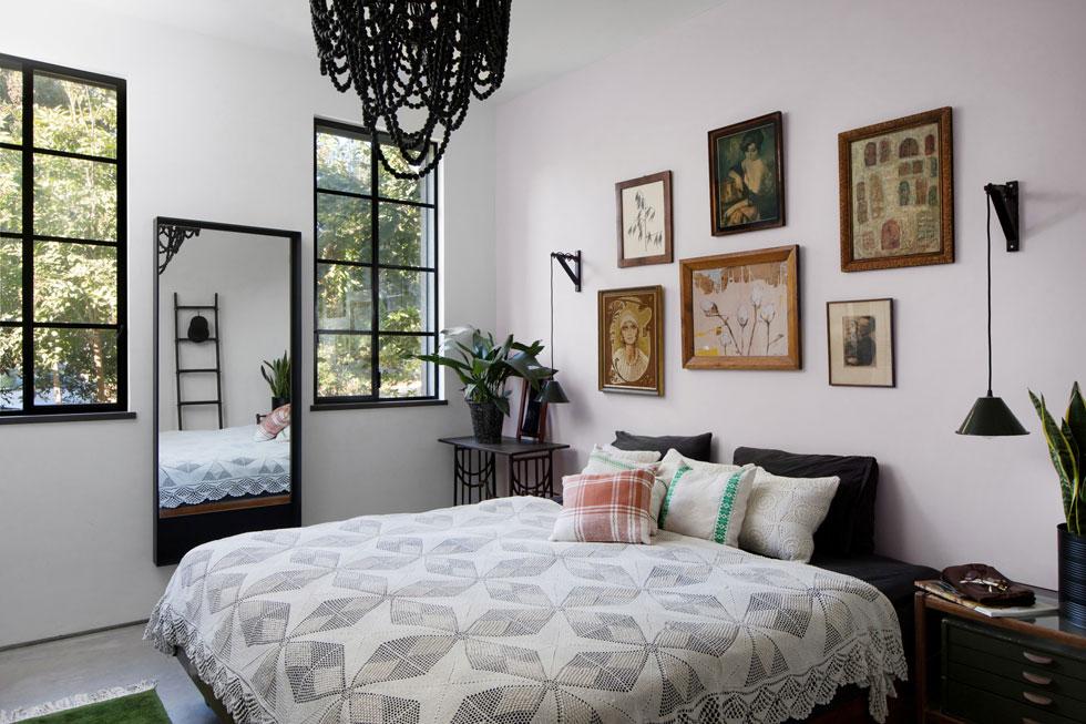 גם זה בקיבוץ: על המיטה כיסוי תחרה ישן, בגבה תמונות שנאספו בשווקים והושמו במסגרות וינטג'. עיצוב: מיטל סיון שני. לחצו לכתבה המלאה (צילום: שירן כרמל)