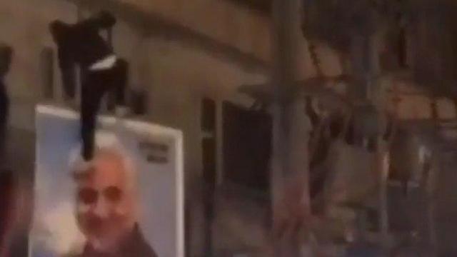 הפגנות ב איראן מפגינים מכים את תמונת קאסם סולימאני ()