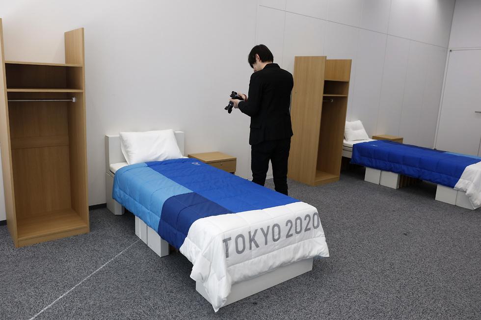 המיטות בכפר האולימפי בטוקיו (צילום: AP)