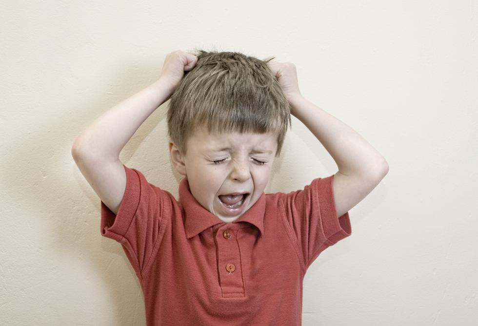 ילד תולש שערות מראשו וצועק (צילום: shutterstock)