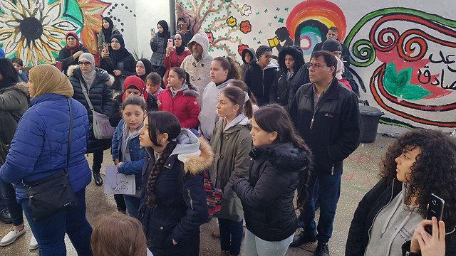 תלמידים בכניסה לבית הספר בשועפאט ()