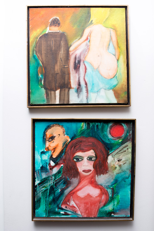 ציורים של אמיר תלויים בדירתה (צילום: ענבל מרמרי)