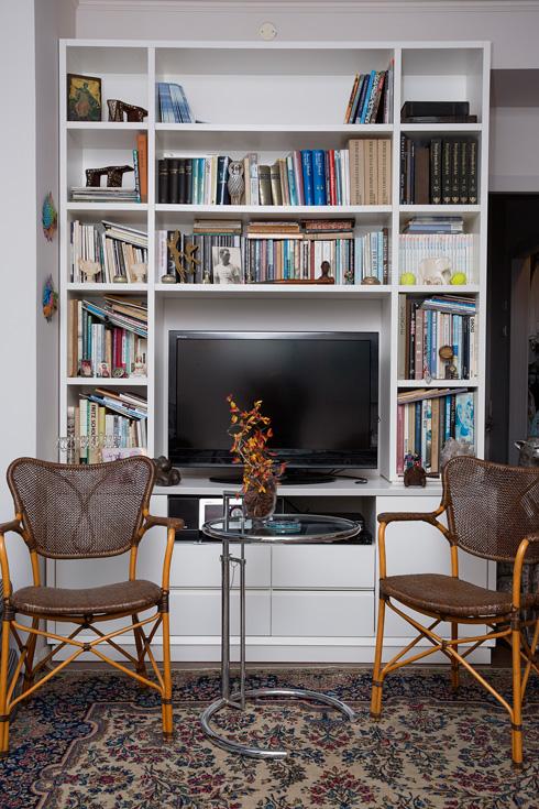 מדפי ספרים מציצים מכל פינה בדירה (צילום: ענבל מרמרי)