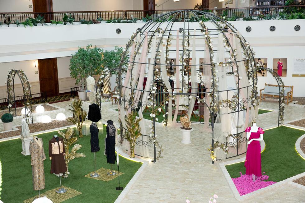 """התערוכה """"סיפורי בגדים"""", שבה משתתפת אמיר (צילום: ענבל מרמרי)"""