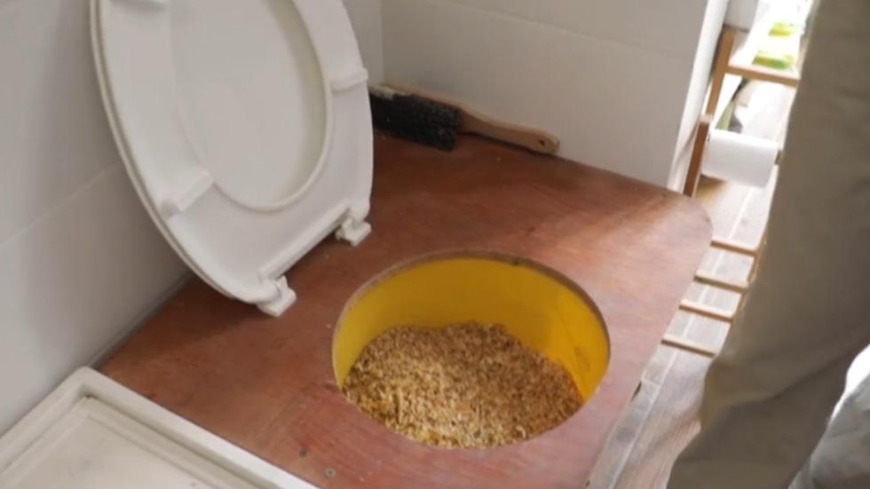 שירותים עם נסורת (צילום: ניצן דרור)