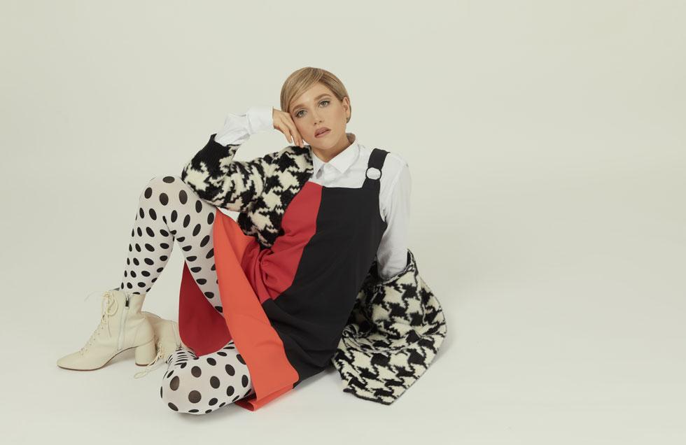 שמלה וז'קט, גמלא   חולצה, אוסף פרטי   גרבונים, זוהרה   נעליים, זארה (צילום: לירון ויסמן)
