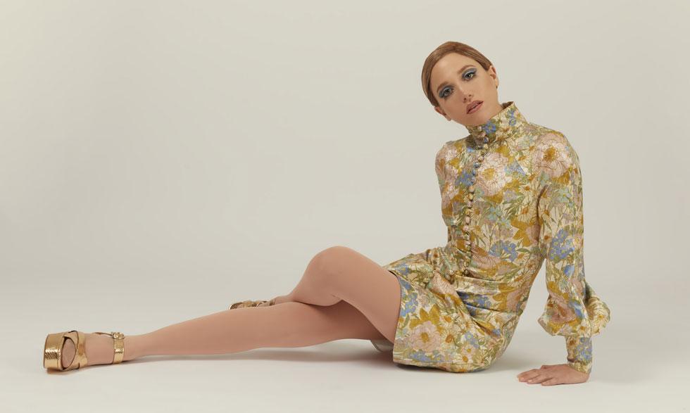 מירב פלדמן חוזרת בזמן לסיקסטיז. שמלה, צימרמן בפקטורי 54   גרבונים, זוהרה   נעליים, זארה (צילום: לירון ויסמן)
