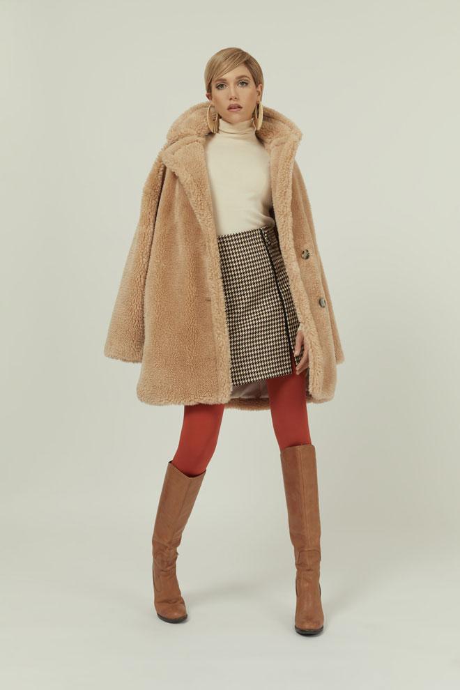 מעיל וחצאית - טופשופ   חולצה, זארה   גרבונים, זוהרה   עגילים, style4rent   נעליים, אוסף פרטי (צילום: לירון ויסמן)