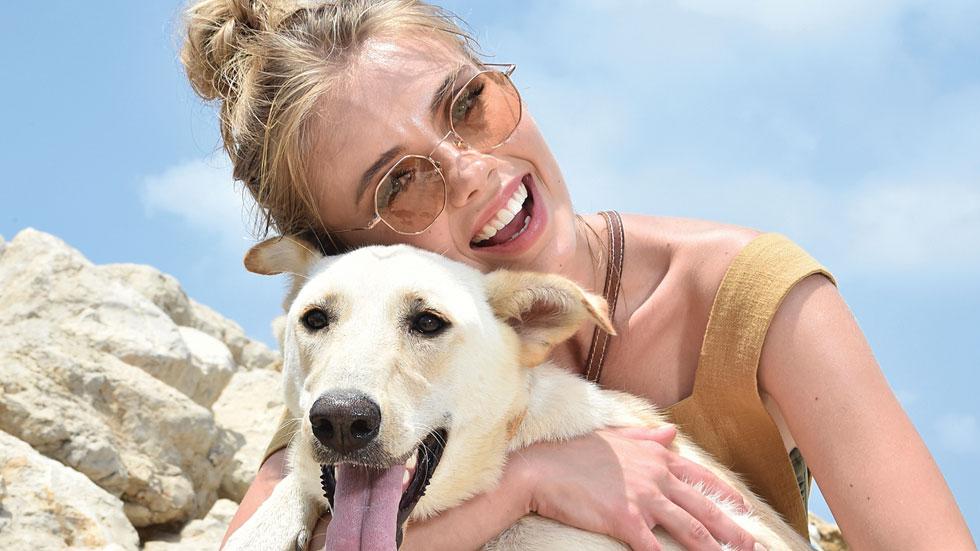 נערת ישראל ומלכת היופי עם הכלבים המתוקים של עמותת S.O.S