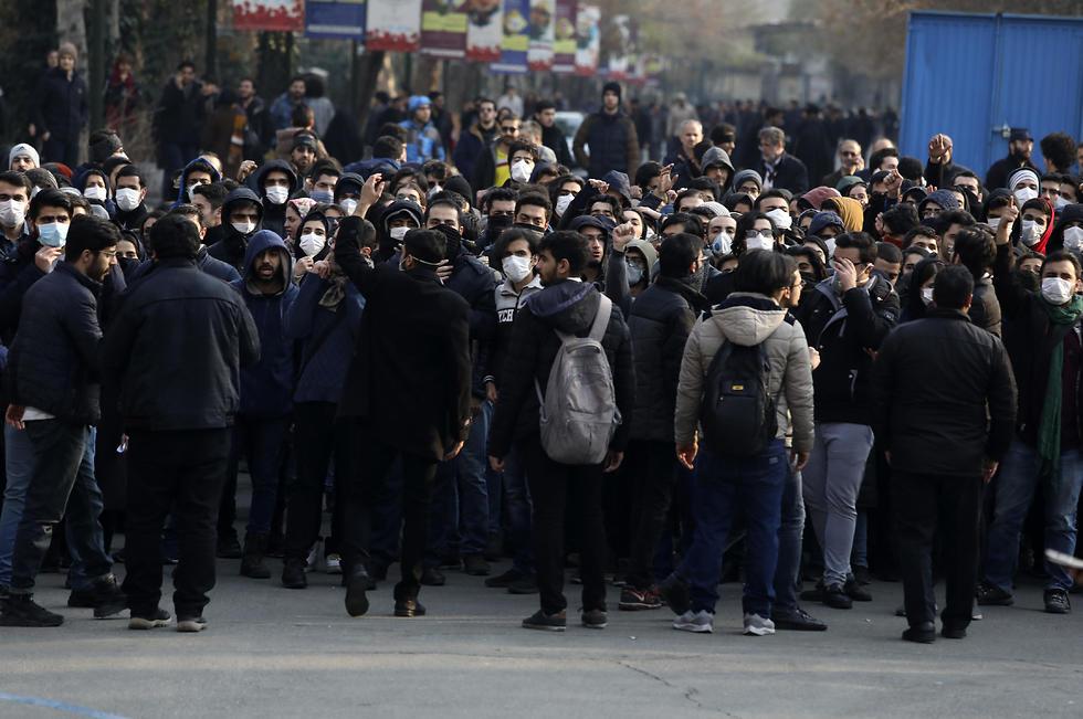 סטודנטים איראנים מפגינים נגד המשטר באוניברסיטת טהרן (צילום: AP)