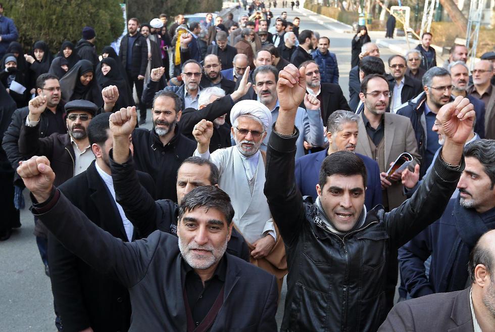 הפגנה של הבסיג' באוניברסיטת טהרן, בעד המשטר (צילום: AFP)
