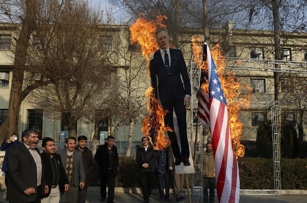 הפגנה של הבסיג' באוניברסיטת טהרן, שמציתים דמות קרטון של השגריר הבריטי (צילום: AP)