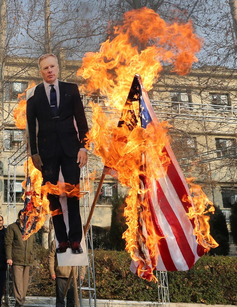 הפגנה של הבסיג' באוניברסיטת טהרן, שמציתים דמות קרטון של השגריר הבריטי (צילום: AFP)