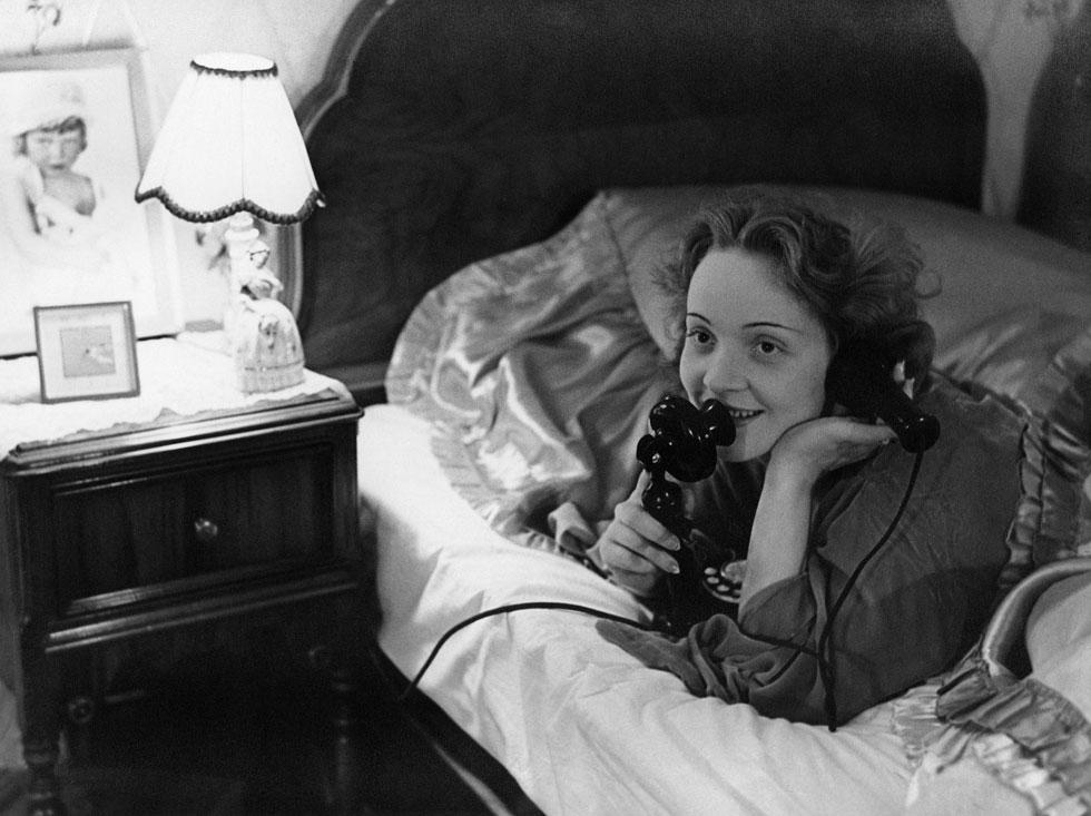 טוענים שהיתה אם איומה. דיטריך בביתה בהוליווד, בשיחת טלפון עם בתה ב-1929 (צילום: Erich Salomon/GettyimagesIL)