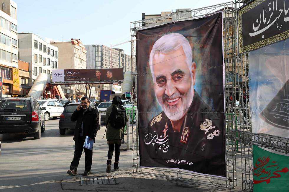 תמונה של קאסם סולימאני ברחוב (צילום: AFP)