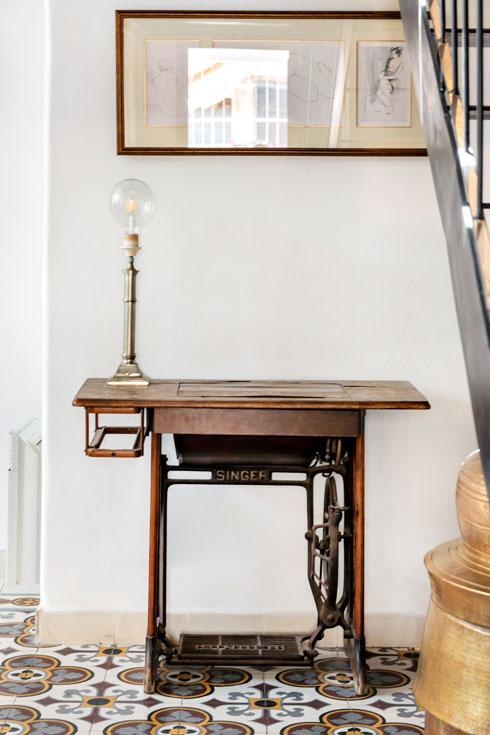פמוט עתיק הפך למנורה. כד הפליז הנראה מימין הוא כלי הודי מסורתי לכביסה, שמופעל בכוח הזרוע (צילום: סוזי לוינסון)