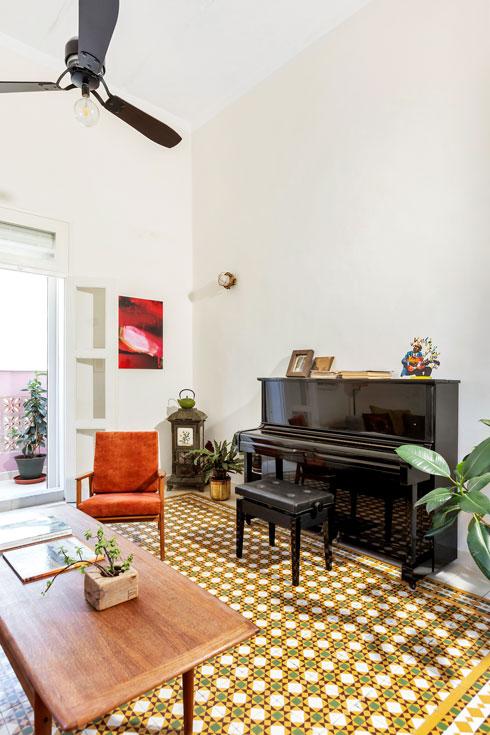 בפינת הסלון קמין צרפתי של חברת גודין, בן יותר ממאה. הוא נקנה בזול בשוק הסמוך, נחשב לפריט אספנות ומיועד לשיפוץ לפני החורף הבא  (צילום: סוזי לוינסון)